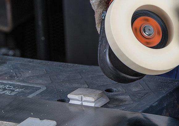 Schweißpunkte und Schweißnähte schleifen mit kontrolliertem Materialabtrag