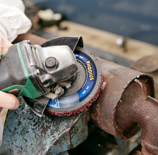 Removing rust with non-woven cleaning discs