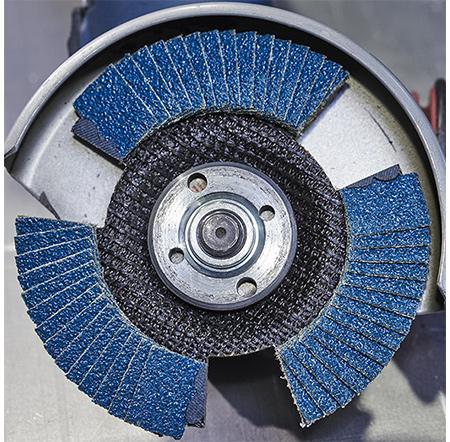 RHODIUS VSK PRO − Fächerschleifscheibe mit Aussparungen und besonders stark in der Stahlanwendung